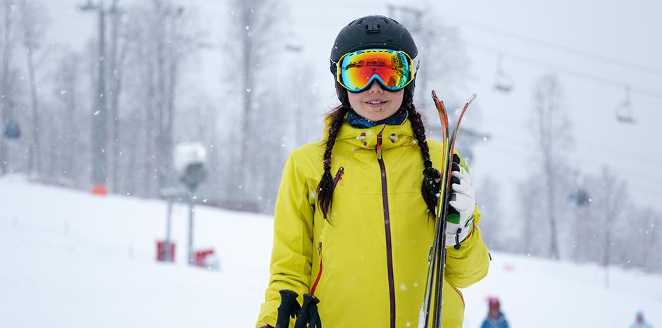 安全にスキーを楽しむために!ベストなスキーヘルメットはこう選ぶ