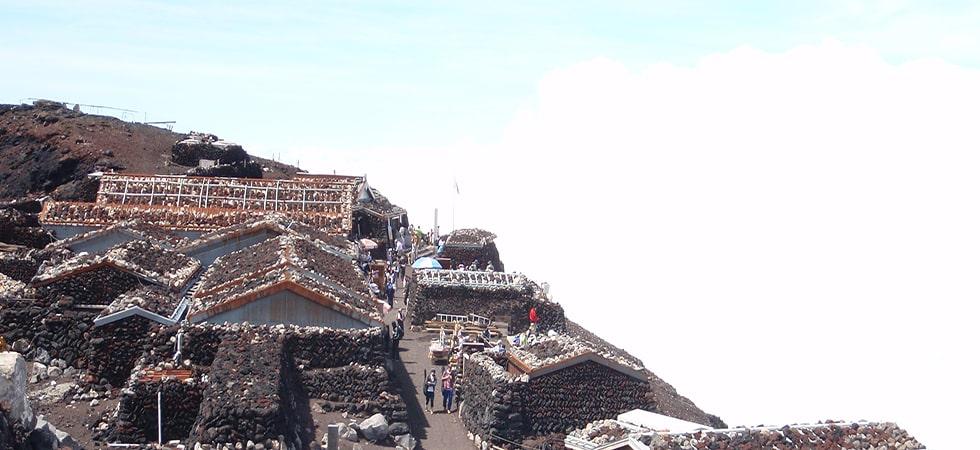 富士山の山頂をぐるっと一周することを「お鉢めぐり」と言い、富士山登頂後の定番コースとなっています。
