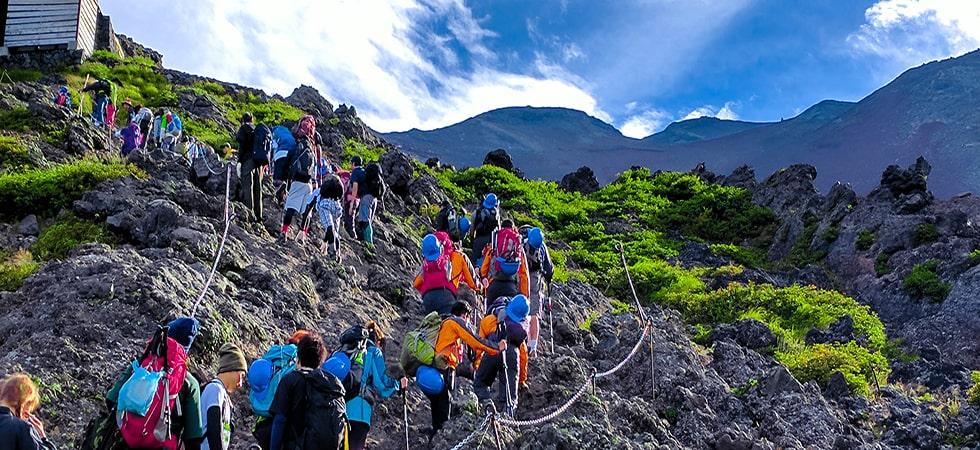 山頂を目指し、ゆっくりと一歩一歩登っていきます。