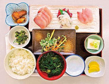 【神津島】 よっちゃーれセンター 神津島で水揚げされた鮮魚を使用。3種類の刺身と小鉢、明日葉汁がセット。
