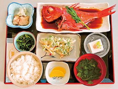 【神津島】 よっちゃーれセンター 神津島で水揚げされた鮮魚を使用。金目鯛を一匹丸ごと煮つけにして、小鉢、明日葉汁がセット。