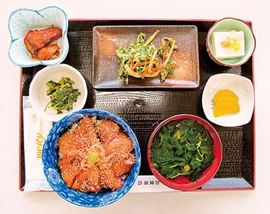 【神津島】 よっちゃーれセンター 神津島で水揚げされた鮮魚を使用。白身魚を辛子醤油漬けにした丼と、小鉢、明日葉汁がセット。