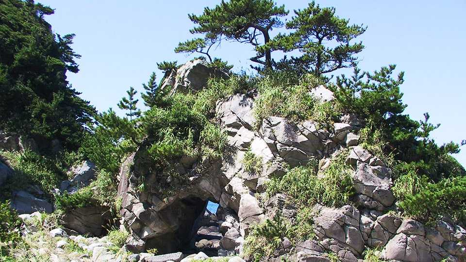 神津島 ぶっとおし岩