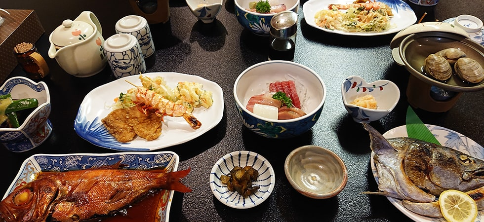 この宿泊施設の夕食(一例)です。食事の提供がない宿泊施設の場合はお近くの飲食店をご利用ください。
