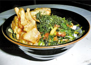 【伊豆大島】宅配キッチン どんどん亭 どんどん亭独自のだし汁とごま油で明日葉、長ネギ、岩のりを炒め、かき揚げと共にあたたかいご飯にのせた丼です。 大島の海の幸、山の幸をひとつの丼で味わえます