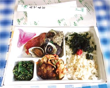 【伊豆大島】丸伸食品 大島産の新鮮な魚介類や山の幸をふんだんに使った贅沢なお弁当です。 10年間変わることのないロングセラー商品で、多くの方に愛されているご当地グルメ満載のお弁当です。