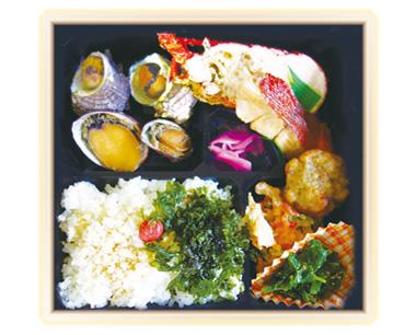 【伊豆大島】丸伸食品 島弁当のおいしさはそのままに、さらに大島の味を楽しんでもらうため近海で取れる伊勢海老を入れた、まさにデラックスなお弁当。 大島の自然の恵みを見て、味わって楽しめます。