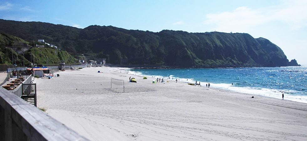 約800mに渡って真っ白な砂浜が続く前浜海岸。神津島のビーチといえばこちらです。