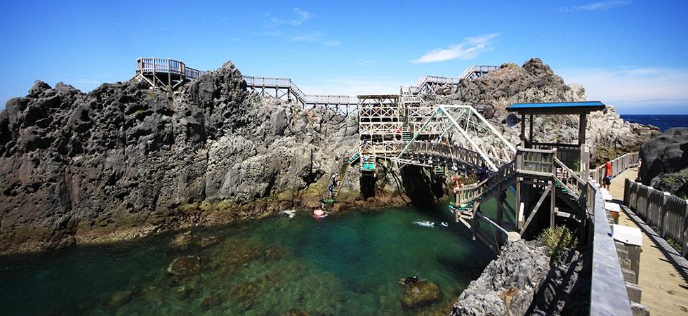 吊橋を渡ったり、飛込台からダイブしたり。アスレチックのように楽しめる赤崎遊歩道。