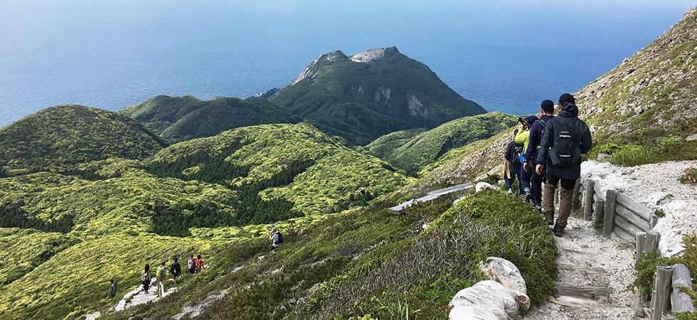 標高572m、山頂からの眺めは爽快。登山道中も砂漠や岩地、池など様々な景観を楽しめる。