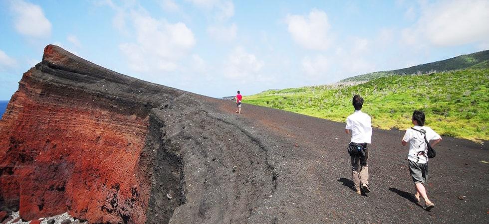 1983年の改定噴火によってできた唯一無二の地形「新鼻新山」。海とのコントラストがとても美しいです。