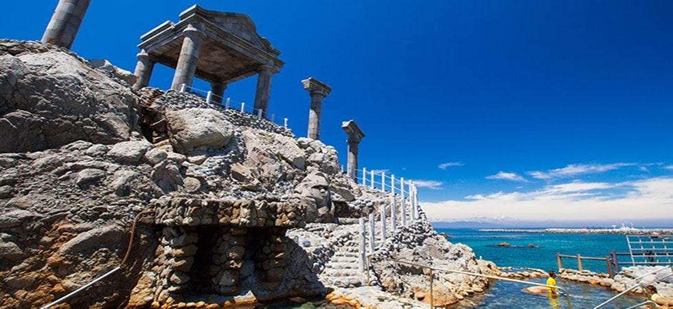 古代ギリシャをモチーフにした神殿のような入浴施設です。高台は展望台のようで絶景ですよ。