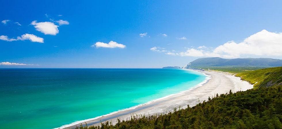 眩しいほど白い砂浜とコバルトブルーの海とのコントラストがキラキラの思い出を演出します。