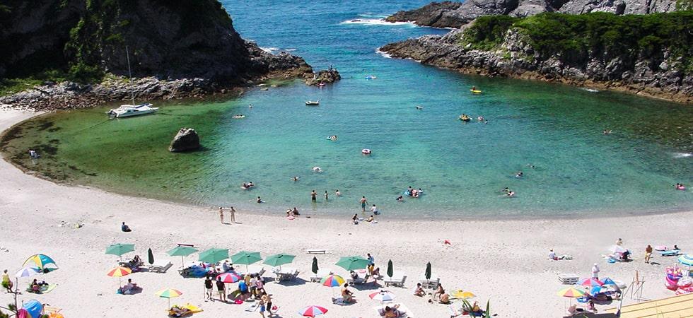 泊海水浴場は岬が天然の防波堤になっていていつも穏やかで遠浅のビーチです。透明度抜群!人気の海水浴場。