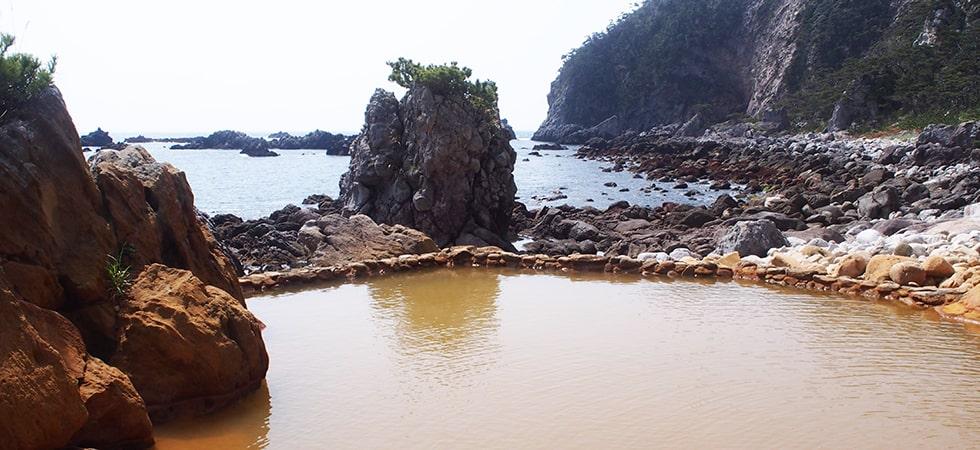 地蛇温泉は海岸にある秘湯的な温泉です。夜に満天の星空を眺めながら。というのもオススメ。