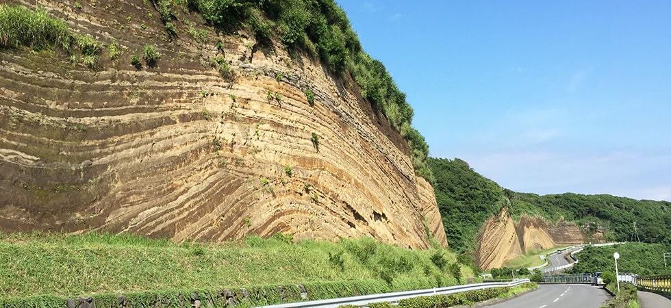 まるでバウムクーヘンのような地層断面。元町港から車で15分、伊豆大島で人気のフォトスポットです。