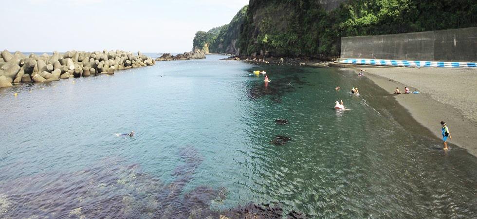 岡田港のすぐそばにある海水浴場です。岩場ではシュノーケリングも楽しめます。