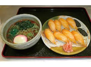 【八丈島】 レストラン アカコッコ 島で獲れた魚を醤油ベースのタレにつけて、島寿司にしました。 明日葉そば、明日葉うどんのどちらかをセットにできる贅沢なメニューです。