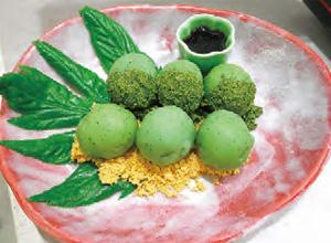 【八丈島】 レストラン アカコッコ 生の明日葉を練りこんだ、緑色が鮮やかな団子です。 明日葉の風味、ほろ苦さをお楽しみください。