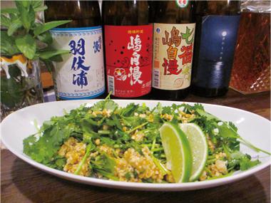 【新島】 Cafe&Bar arato 新島の新たな食材「島パクチー」。 鳥のひき肉をナンプラー等で炒め、島パクチーと合わせてエスニック風な味に仕上げた女性に人気のメニューです。