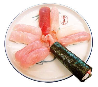 【八丈島】 あそこ寿司 島の魚を使った握り寿司。巻き物が一本、付いてきます。 吸い物(飛び魚のすり身、岩のり)付き。