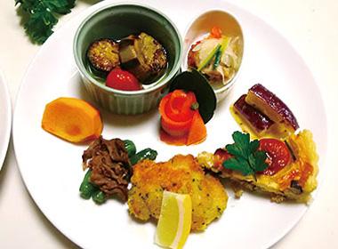 【伊豆大島】ブランブルー 和(なごみ) 島の旬の野菜や魚をワンプレートに彩り、大島の明日葉を使ったパスタ、コーヒーとケーキをセットにした島の恵みたっぷりのランチコースです。