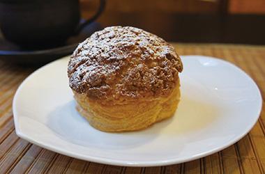 【三宅島】 ギャラリーカフェ・カノン クッキー生地のシューにカノン特製濃厚なミルキーカスタードがたっぷりつまったシュークリームです。+50円でクリームを変えられ、その中でもパッションフルーツカスタードがおすすめです。