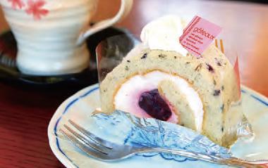 【伊豆大島】シャロン洋菓子店 生地に大島桜の葉を練り込み、桜葉の香りを楽しめるロールケーキです。