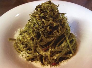 【八丈島】 カフェレストラン 心月(ココムーン) 明日葉の粉末を練りこんだパスタに、ふわふわの削り節(明日葉)をのせて、濃厚な明日葉のパスタに仕上げています。