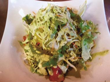 【八丈島】 カフェレストラン 心月(ココムーン) 明日葉をねり込んだそばと、野菜がたっぷりと乗ったソバサラダ、ドレッシングも店オリジナルで、ちょっと他にない味。