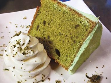 【八丈島】 カフェレストラン 心月(ココムーン) ふわふわのシフォンケーキ。もちろん明日葉色が鮮やか!