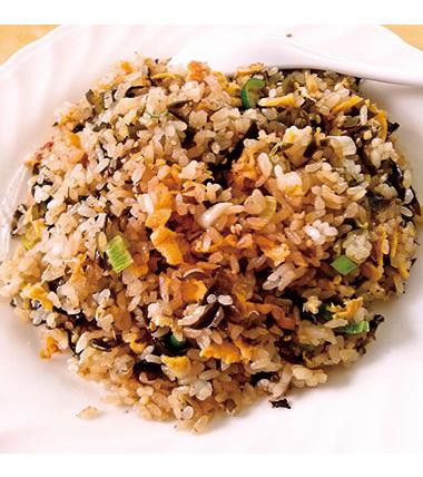 【三宅島】 中華料理 ココナッツガーデン 海の波打ち際の岩場に冬根付く海苔(はばのり)のチャーハン。歯ごたえのある独特の食感、磯の香りを特徴とする美味しい「はばのり」、醤油のこげた香りが、絶妙にマッチしています。