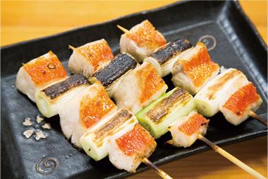 【新島】やきとり 大三 鶏肉ではなく金目鯛をねぎの間に刺し、焼き鳥のように仕上げた焼き物。 炭火焼きの風味が最高です。