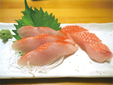 【新島】やきとり 大三 島で水揚げされる金目鯛を新鮮なままお刺身に仕上げています。