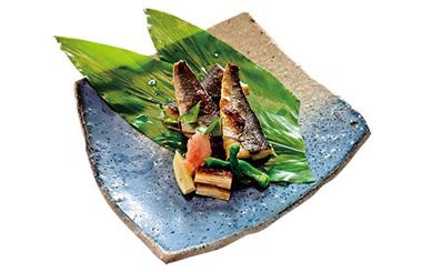 【三宅島】 お食事処 どんぐり 飛び魚は、脂が少なく、刺身やたたきで食べるとおいしい魚ですが、お店では、あえて三宅島の火山灰を使用した「灰干し」を食べることができます。焼酎のお供には最適。