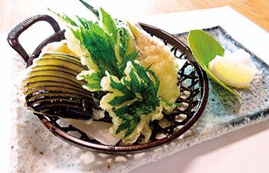 【三宅島】 お食事処 どんぐり 地元の野菜を中心にした、天ぷらセット。特に明日葉は、摘みたての柔らかいところを使い、衣の薄い揚げたてを提供しているのでサクサクとした食感が楽しめます。