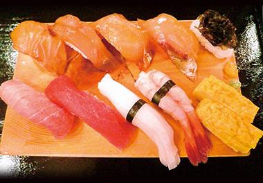 【八丈島】 すし処 銀八 シャリの合わせ酢も違う、本格的な江戸前ずしと八丈独特な島ずしを両方味わえるぜいたくメニュー。