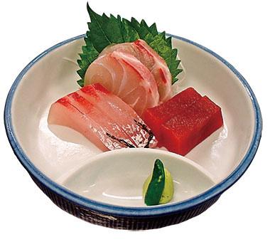 【八丈島】 八丈島郷土料理 梁山泊 島で獲れた新鮮な魚の刺身盛り合わせで、島唐辛子を漬けた醤油で食べると、ワサビとはまた違った味で、魚をあっさり食べることができます。