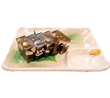 【八丈島】 八丈島郷土料理 梁山泊 ギイバラノリという海藻を独特な調理方法で味付け、魚の身を入れて、冷やして固めた八丈島の家庭料理。