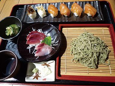 【八丈島】 郷土・家庭料理のお店 繁(はん) 島寿司、明日葉そば、更に地魚の刺身、くさや(半身)、明日葉天ぷらの3品から、1 品選べる、昼限定のお得メニューです。