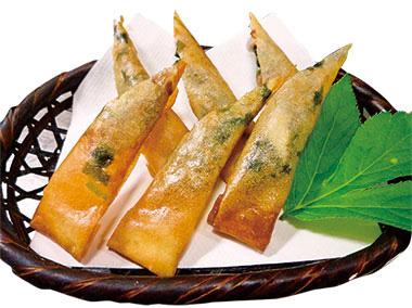 【八丈島】 郷土・家庭料理のお店 繁(はん) くせのある明日葉とくさやを和えて食べやすく味付けしています。春巻の皮で巻き、揚げているので、くさやが苦手な方にもおすすめです。