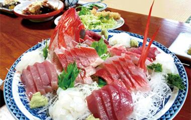 【神津島】 平和荘 島に水揚げされた鮮度抜群の地魚を新鮮なうちにさばき盛り合わせました。 季節や仕入れ状況で内容は異なりますが、素材本来の味を存分に堪能できる盛り合わせです。