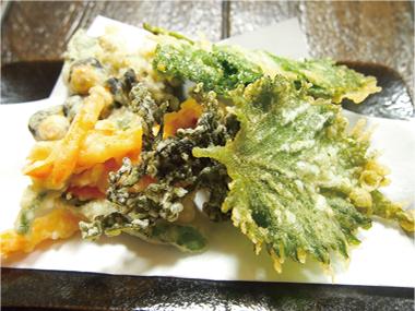 【式根島】湯たり宿 ひだぶんGH 新鮮な魚介類と、採れたて野菜をサクサクの天ぷらにしました。旬の素材4〜5品の盛り合わせです。