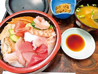 【三宅島】 割烹 いけ吉 数種類の魚を使用した、海鮮ちらし寿司。小鉢と味噌汁付。