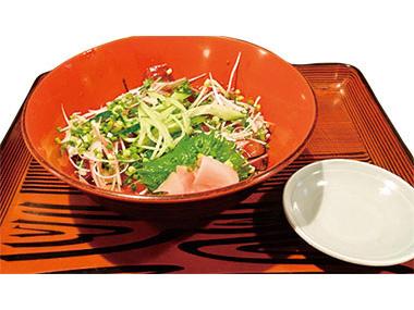 【三宅島】 割烹 いけ吉 生姜醤油に漬けたカツオの切り身を使用。大葉、白髪ねぎ、みょうがなどの薬味を添えて、食べるのが美味しい食べ方。