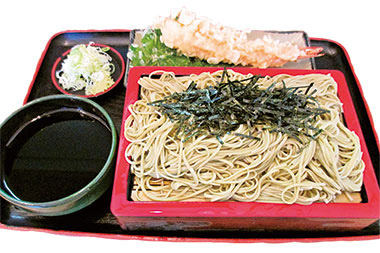 【八丈島】  一休庵 うどんやそばにあしたばの粉末を練り込んで作った緑色の麺を使用。