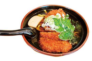 【八丈島】  一休庵 肉厚のトンカツと、明日葉の天ぷら、長ネギがうどんの上にのって、ボリュームがあります。