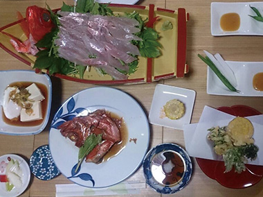 【神津島】 漁師の宿丈栄丸 金目鯛などとれたての魚と季節の野菜を中心にお出しします。天候や水揚げの状況により、メニューは変わることがあります。
