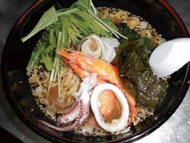 【伊豆大島】飲食店 かあちゃん ラーメンの上に、サザエ・エビ・イカなどがのっている豪華な磯づくしラーメンです。  ※季節によって食材は変わります。