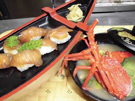 【伊豆大島】飲食店 かあちゃん 店自慢のべっこうずしは、島唐辛子・酒・醤油に漬け込んでいます。伊勢海老の味噌汁付きです。